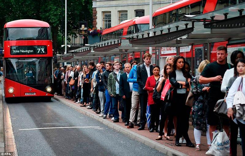 curiosidades sobre o reino unido - fila ônibus